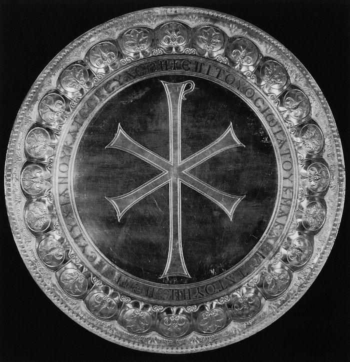 Diskos mit dem Christogramm. Teil eines antiken Silberschatzes aus der Ruine der Kirche zu Ehren der allheiligen Gottesgebärerin auf dem Berg Zion in Jerusalem.