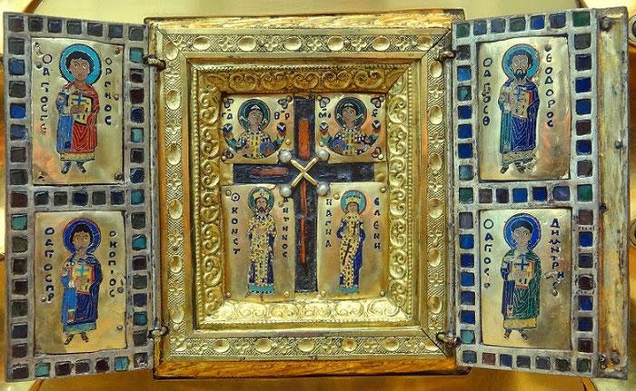 Die Heilig-Kreuz-Reliquie aus einem Staurothek-Triptychon. Diese Kreuzreliquie gelangte ursprünglich durch die Plünderung Konstantinopels durch die Kreuzritter nach Belgien. Heute ist sie in der Morgan-Library in New York zu finden.