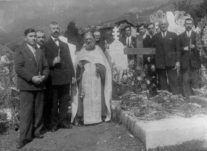 Panychida mit Vater Alexej auf dem Friedhof in Ugine.