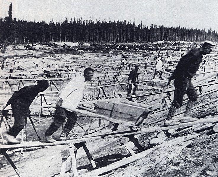 Sowjetische Zwangsarbeiter auf der Baustelle des Weißmeer-Kanals.