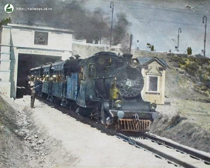 Поїзд з паровозом у тунелі імені О.С.Пушкіна
