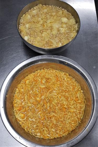 In der oberen Schüssel seht ihr Fruchtfleisch, Kerne & Rückstände des gesiebten Saftes    In der unteren sind die kleingeschnittenen Orangenschalen    beide sind mit etwas Wasser aufgegossen