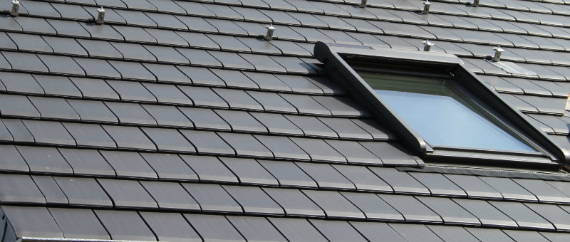 Flachziegel Creaton Mikado mit Veulx Wohnraumfenster inkl. Rollade