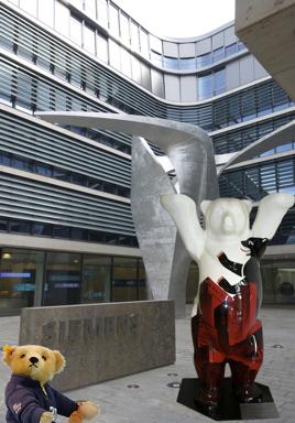 © Dr. Ursula Fellberg, Siemens Zentrale München Wittelsbacher Platz und Figur des Siemens Berlin Buddy Bären sowie Steiff Teddybär aus der Sammlung Fellberg