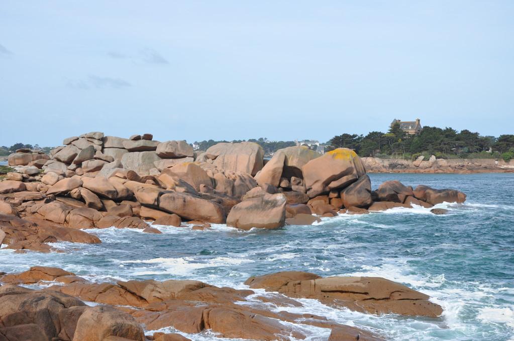 Flots bleus baignant les rochers roses