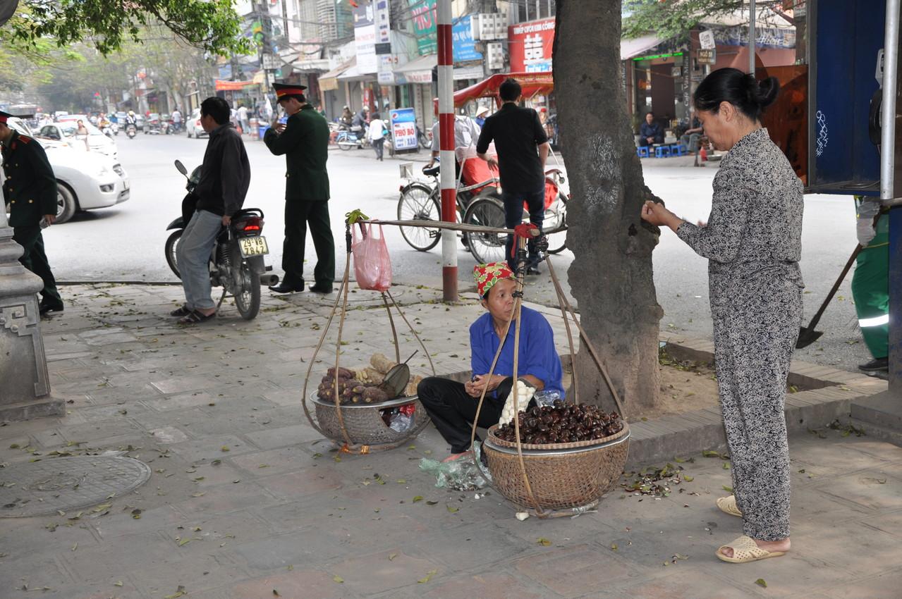 Hanoï : petit commerce au coin de la rue