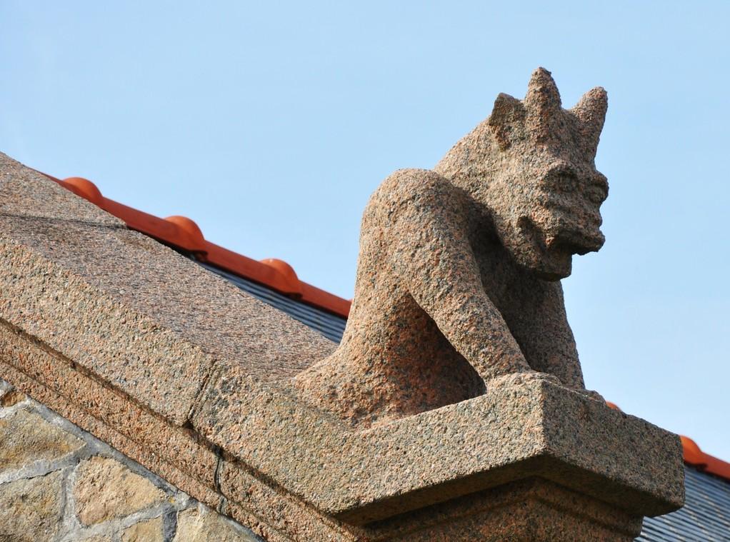 Le diable de granit surveille la scène