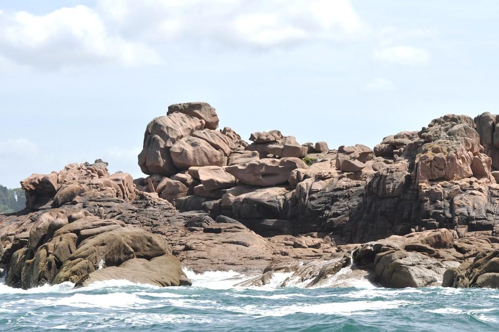 Chaos de rochers roses au milieu des flots