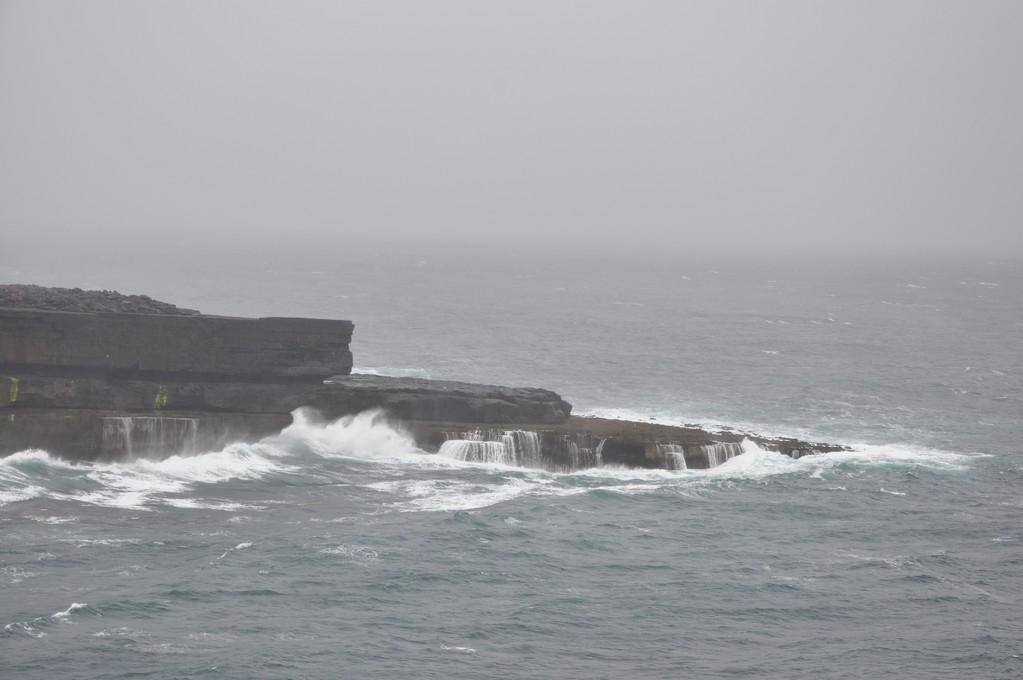 Falaise battue par les vagues