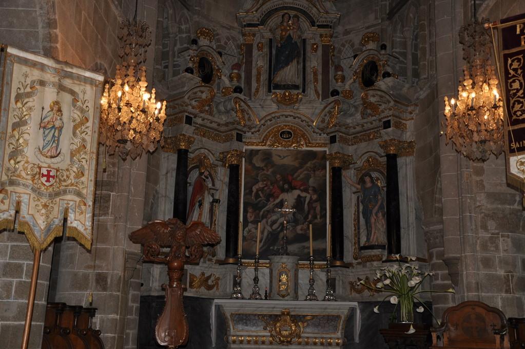 Maître-autel de l'église de Brélévenez avec retable baroque