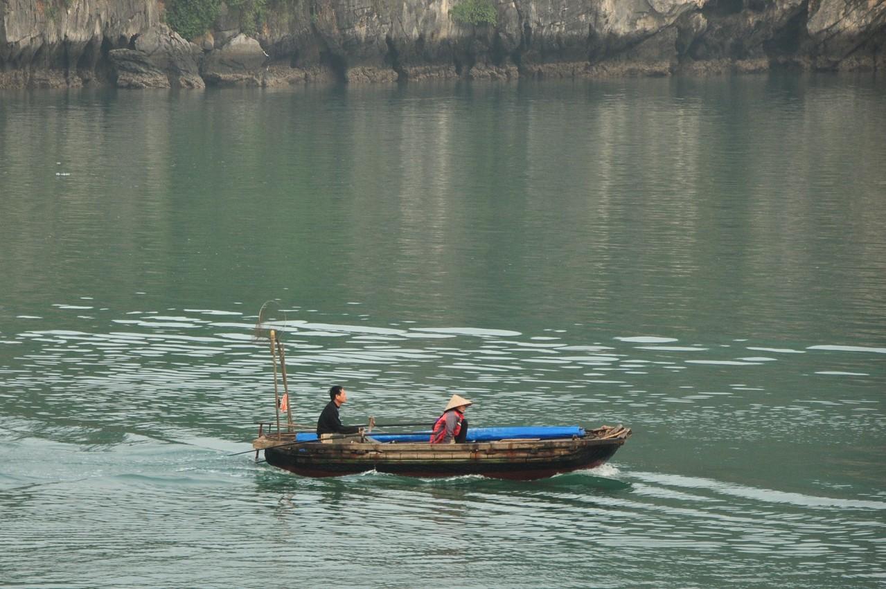 Baie d'Halong : petit bateau de pêche