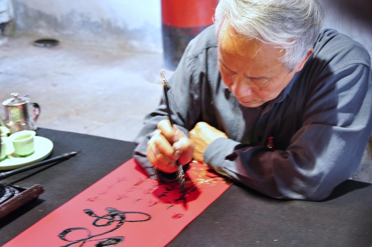 Hanoï : exercice de calligraphie au Temple de la Littérature