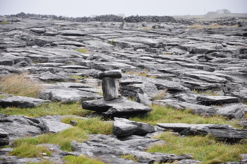 Cairn au milieu des pierres