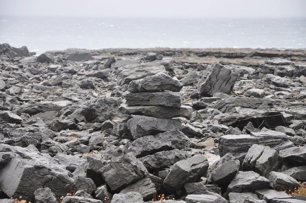 Toute l'île est parsemée de pierres.