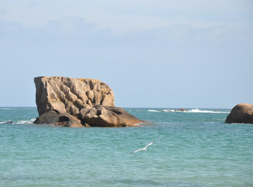 Rocher sculpté se dressant dans la mer