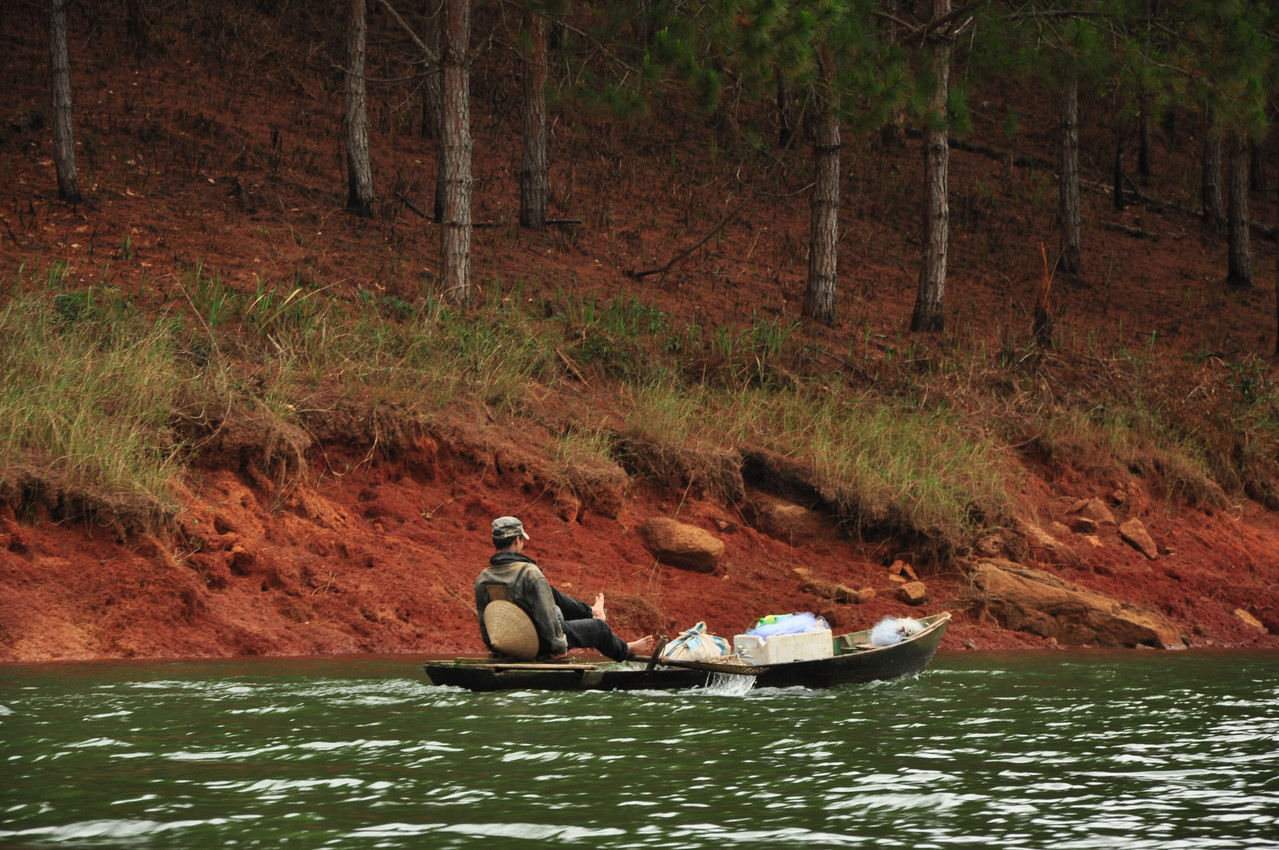 Dalat : pêche sur le lac Tuyen Lam
