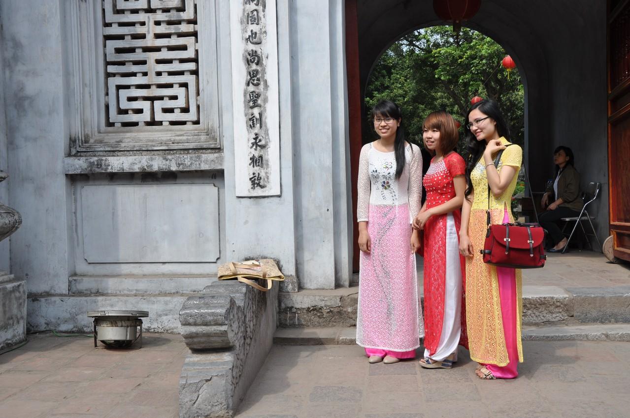Hanoï : élégantes devant le temple de la Littérature