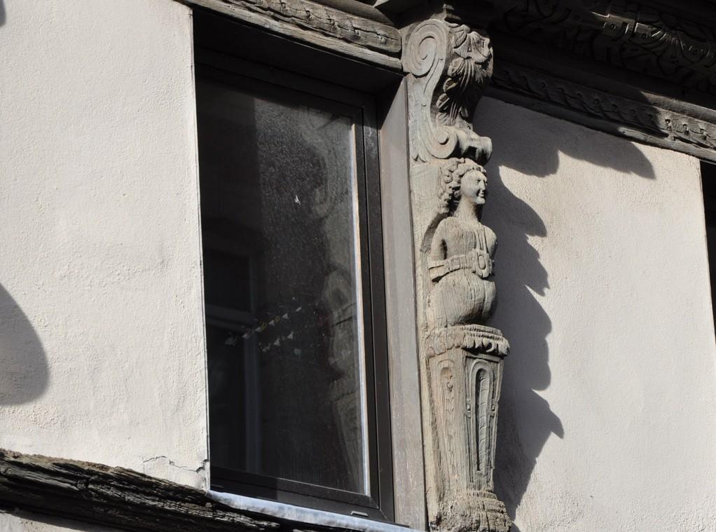 Sculpture décorant une maison ancienne