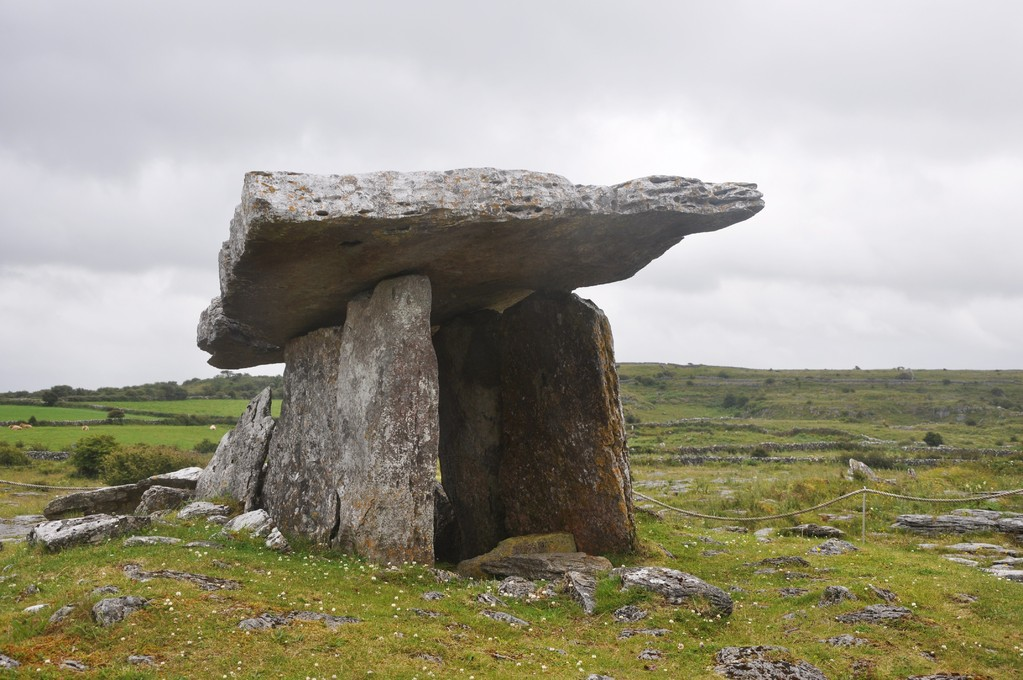 Poulnabrone (en gaélique Poll na Brón ou trou de douleurs)