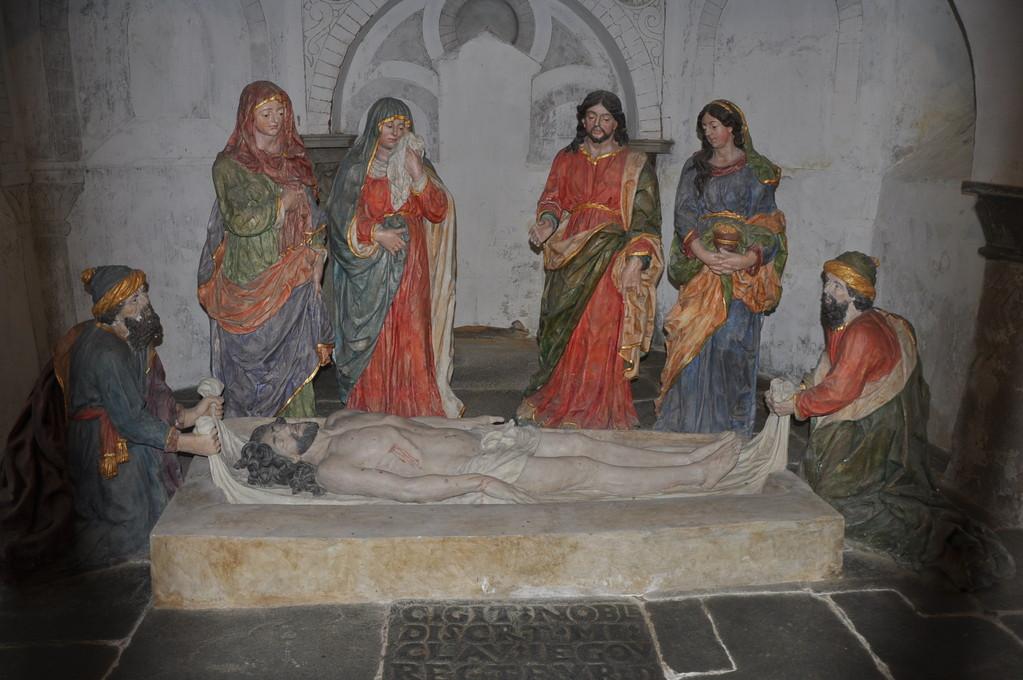 Crypte avec groupe sculpté de la Mise au tombeau (18ème siècle)