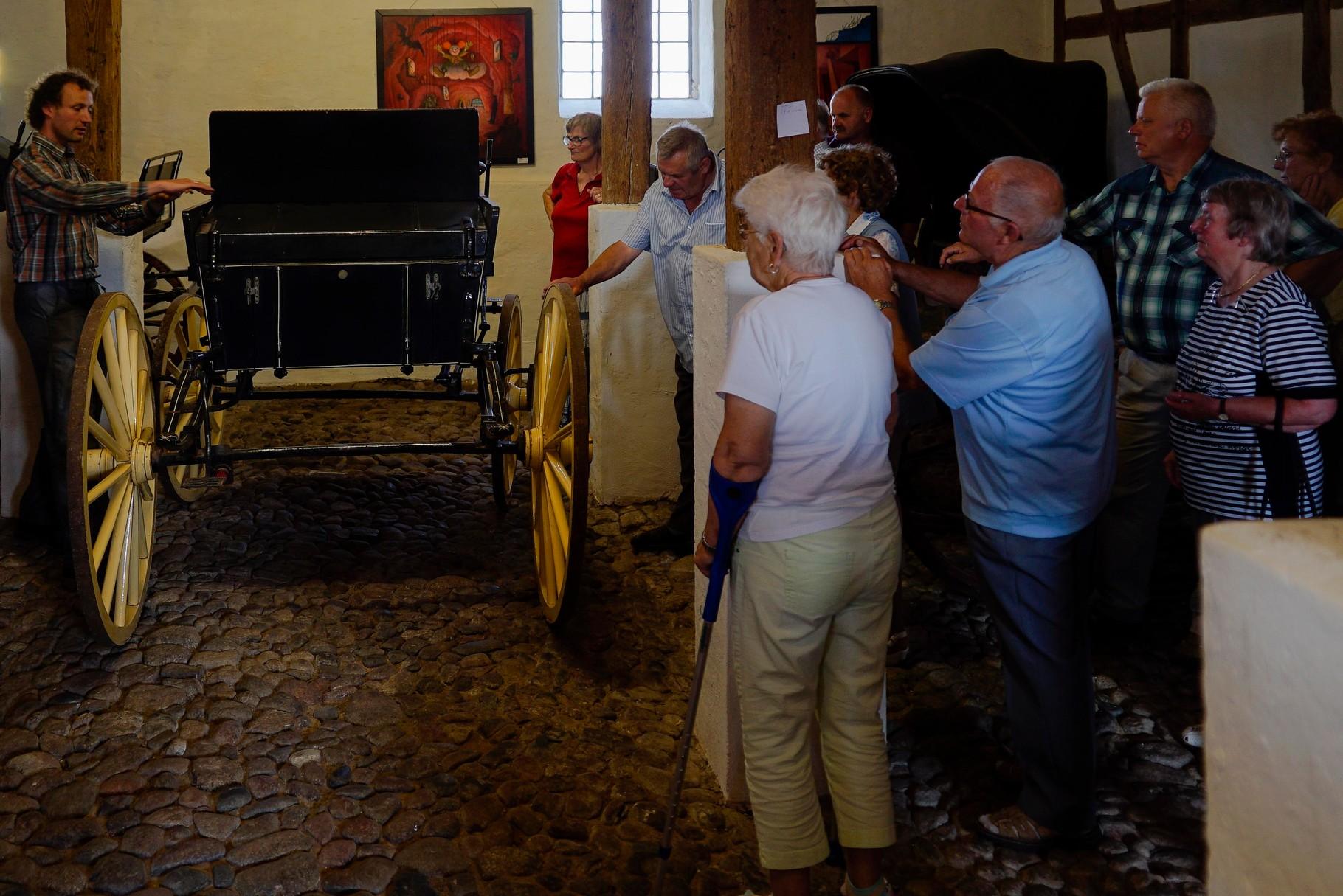 Der Besuch in Zinzow begann mit einer Führung durchs Kutschenmuseum.