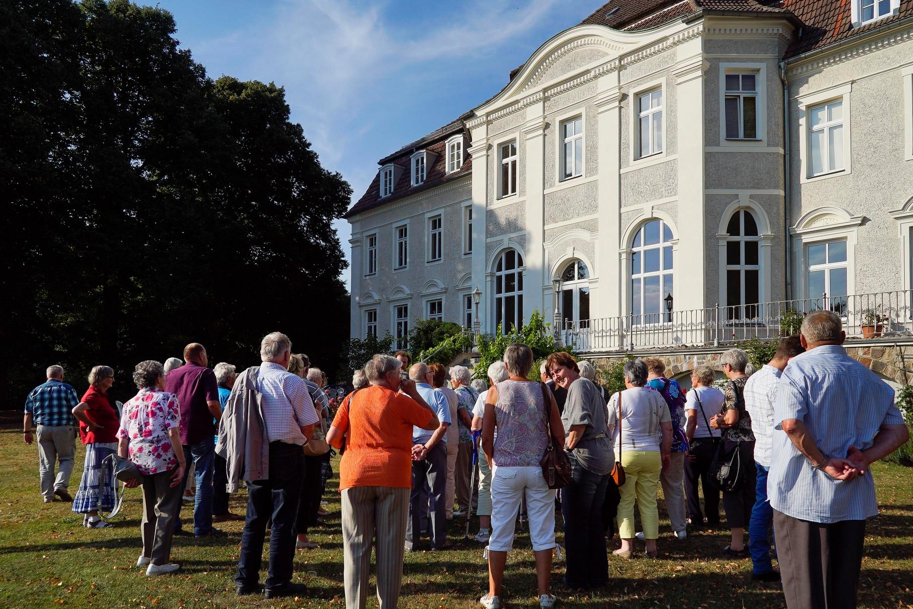 während die anderen noch den Gutspark mit dem Herrenhaus besichtigten.