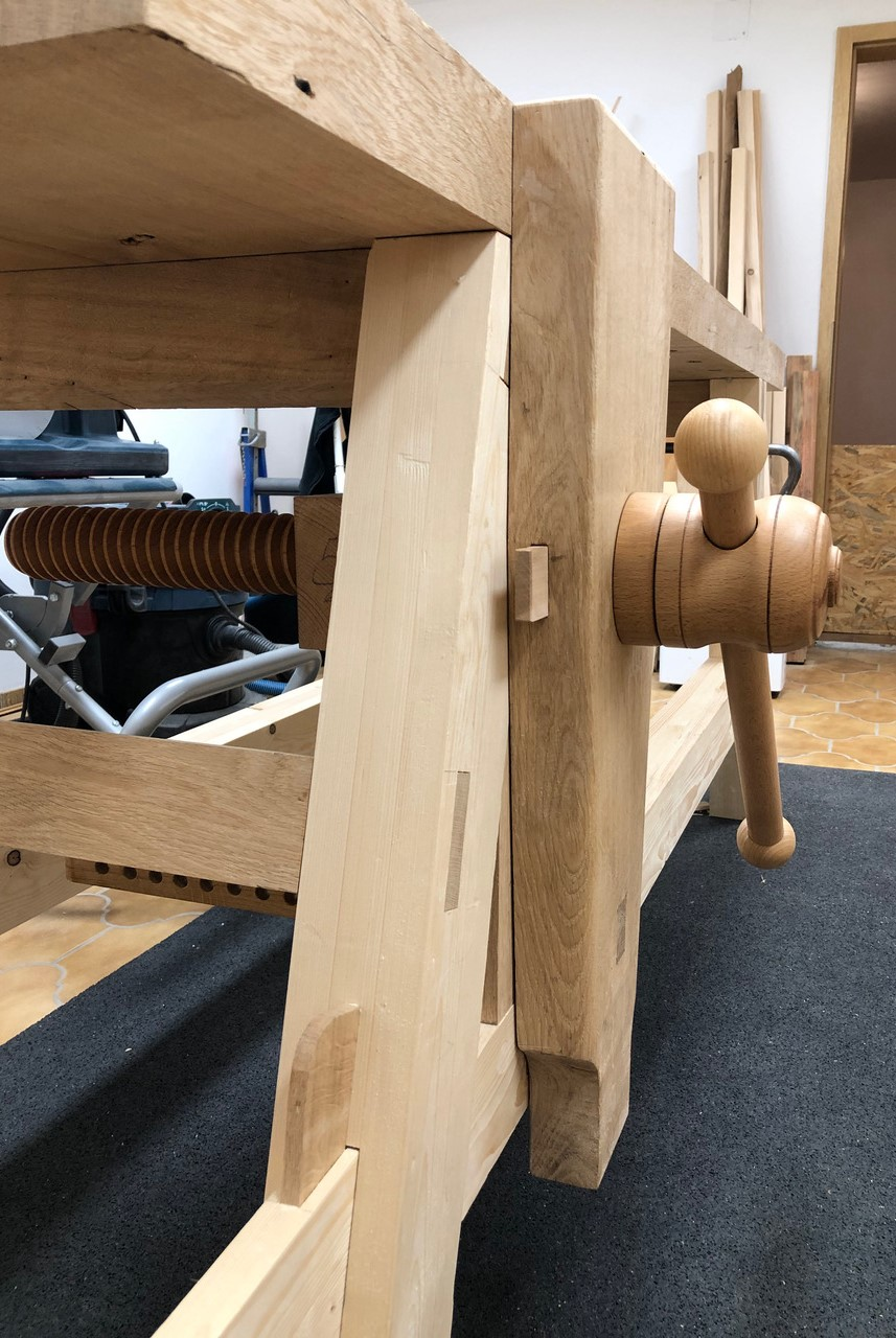 Leg vice with wooden vice screw at the Moravian Workbench ( plans,Will Myers )