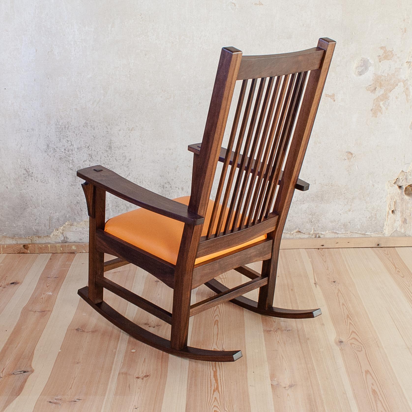 Schaukelstuhl aus schwarzem Walnußholz mit Kokosnuß Polsterung auf verwebten Gurten. Edler, sonnengelber Lederbezug.