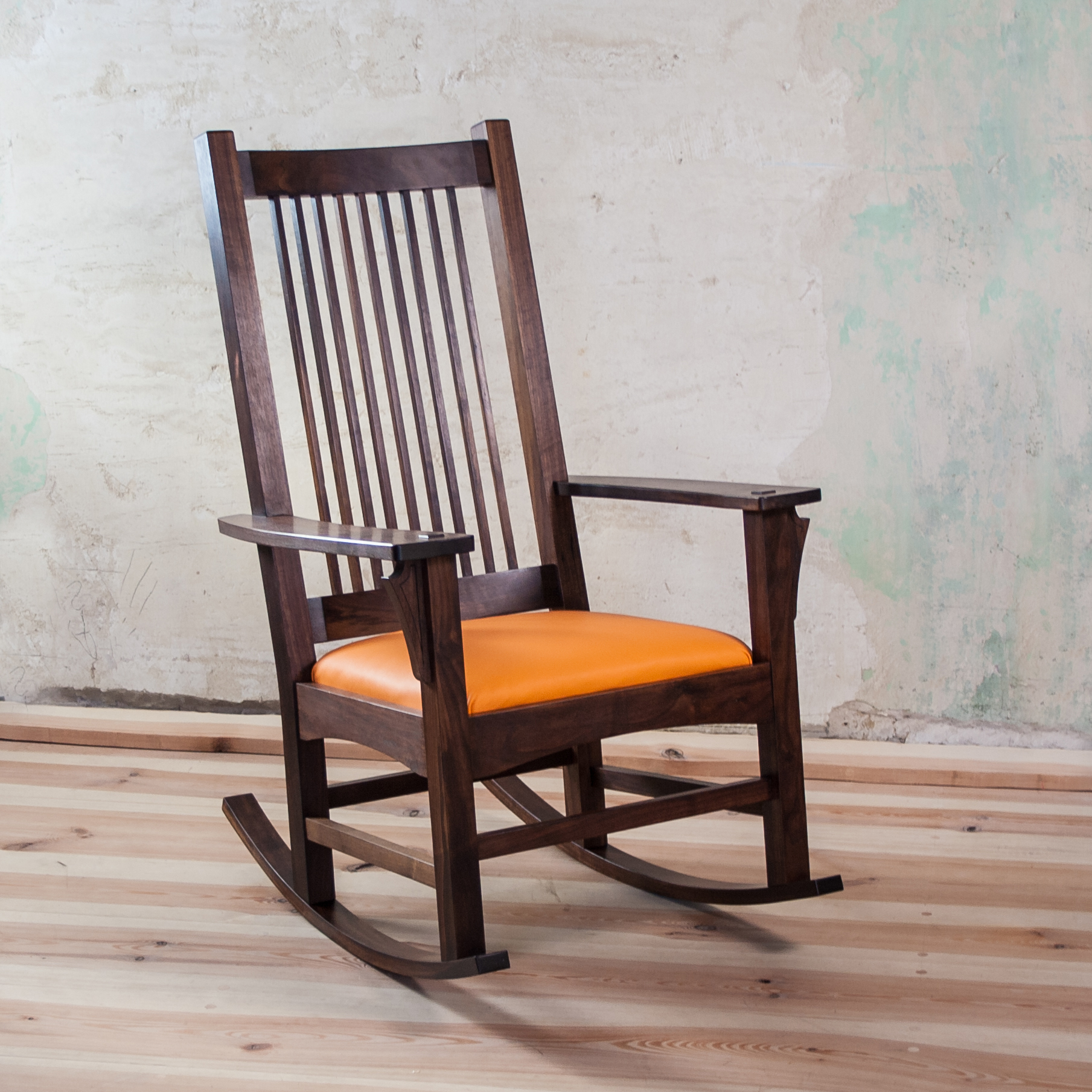 Black Walnut rocking chair, upholstered with coconut fiber and genuine leather, front. Fauteuil à bascule en noyer