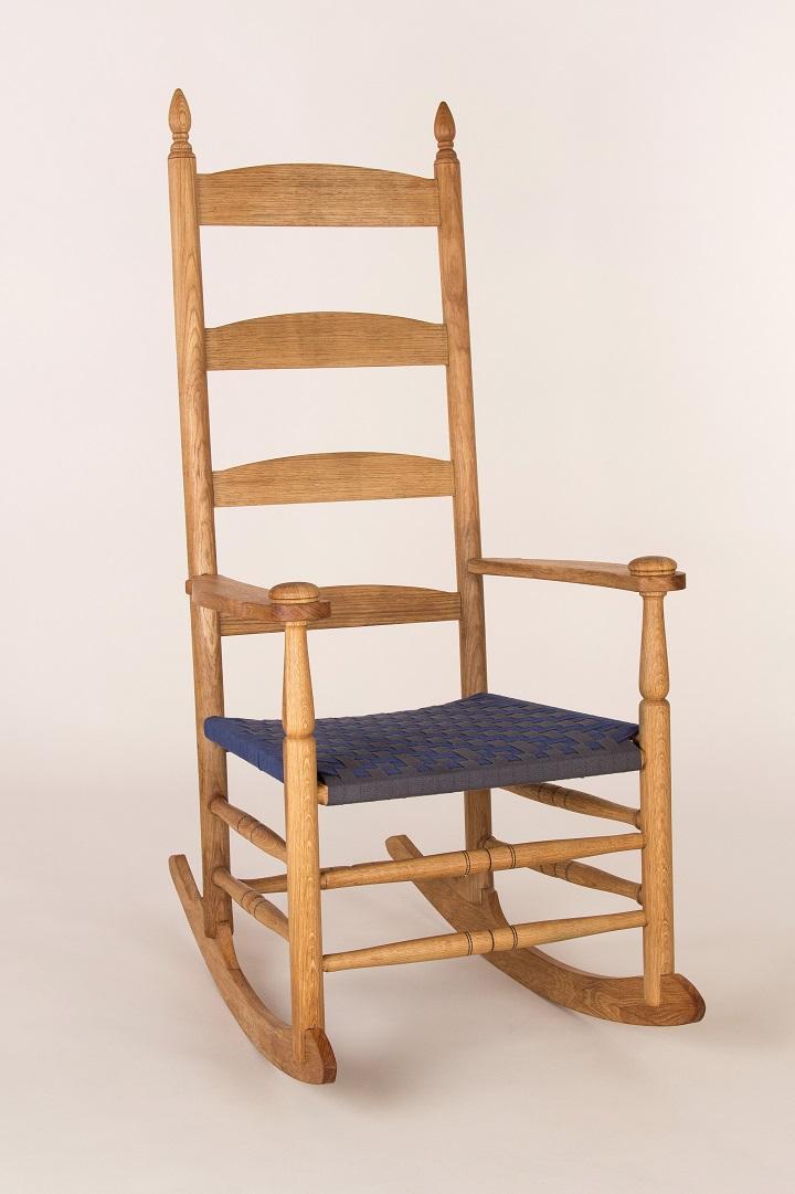 Shaker Schaukelstuhl aus Eiche mit Fischgrätenmuster Websitz aus Baumwolle.