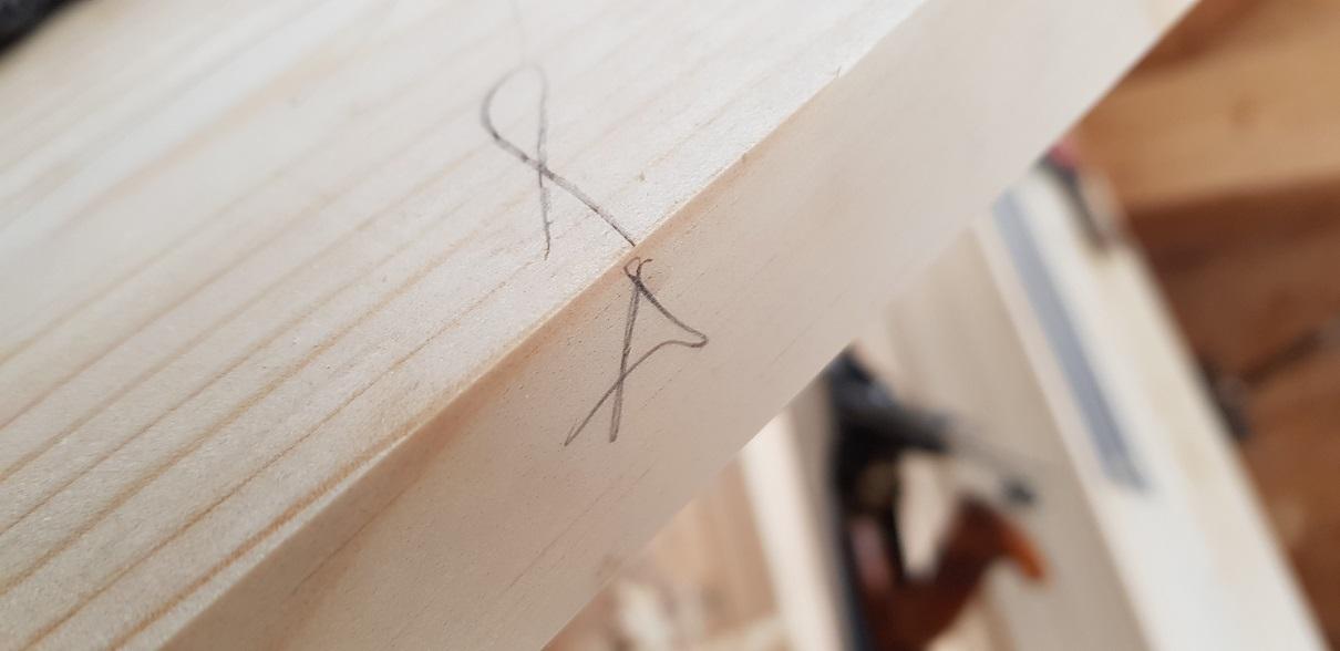 Die Komponenten eben und winklig hobeln. Jointing the wood true and square.