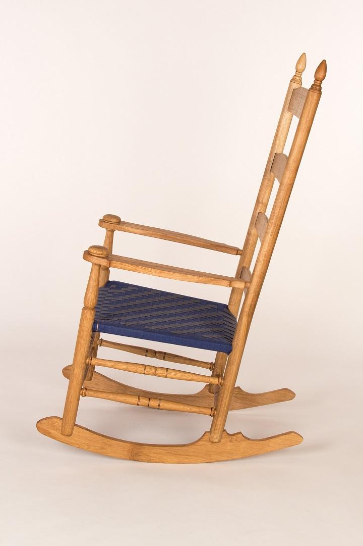 Gedrechselter Schaukelstuhl aus Eiche mit gewebter Sitzfläche aus Baumwolle