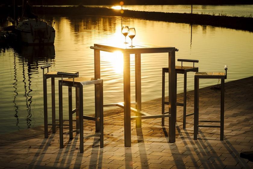 Dimaro Bartisch Design Garnitur Weingläser Segelhafen Sonnenuntergang