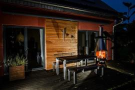 Gartenmöbel Set Edelstahl Holz nachts Grillkamin Terrasse
