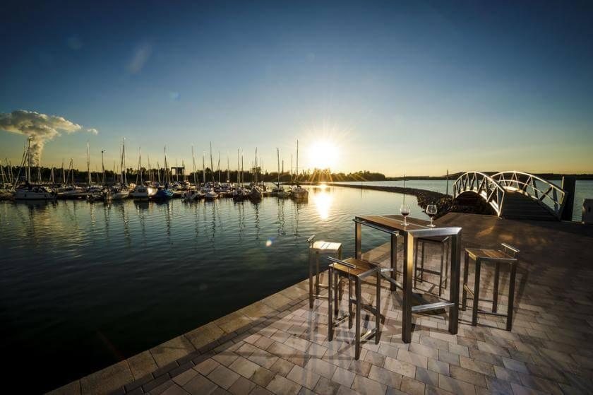 Dimaro Bartisch Design Garnitur Segelhafen Sonnenuntergang Brücke