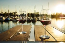 Dimaro Bartisch Design Weingläser Segelhafen Sonnenuntergang