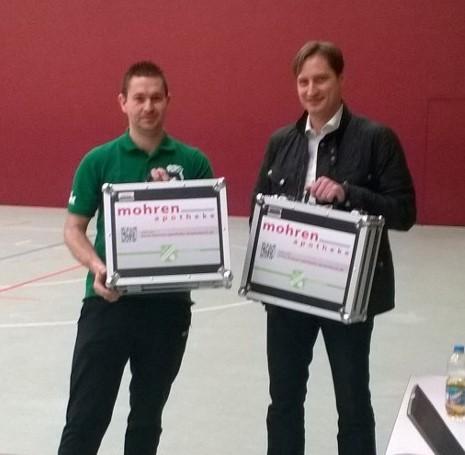 Dr. Uwe Weidenauer von der Mohrenapotheke übergibt zwei Notfallkoffer an der stellvertretenden Jugendleiter Mathias Knoblauch