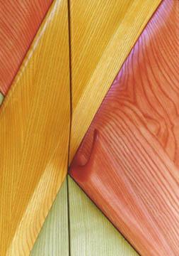 Eschenholz ist durch seine Struktur besonders für diese Art der farbigen Lasur geeignet. Der Griff geht ohne Übergang aus der Fläche hervor.