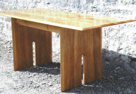 Schreibtisch aus Birnbaumholz. Gleichzeitig kompakt und leicht, beinahe durchsichtig.