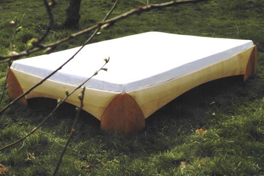 Das Bett aus Kirschbaum und Eschenholz läd mit seinen leicht gewölbten Flächen zum Fühlen ein... Die Eckverbindungen sind ohne Metall, es werden nur Holzzapfen ineinandergesteckt.