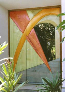 Hauseingang aus bunt lasiertem Eschenholz. Konvexe und konkave Flächen erzeugen eine besondere Tiefe.