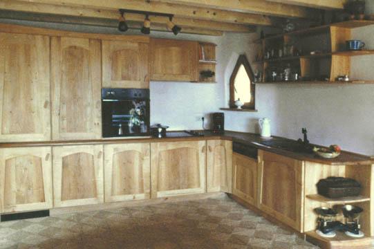 Eine ruhige Küche aus Erlenholz. Dieser Entwurf kommt der anthroposophischen Formgebung nah.