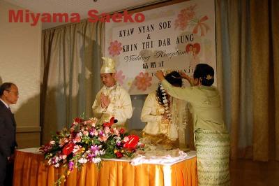 写真はミャンマー式結婚式の場面