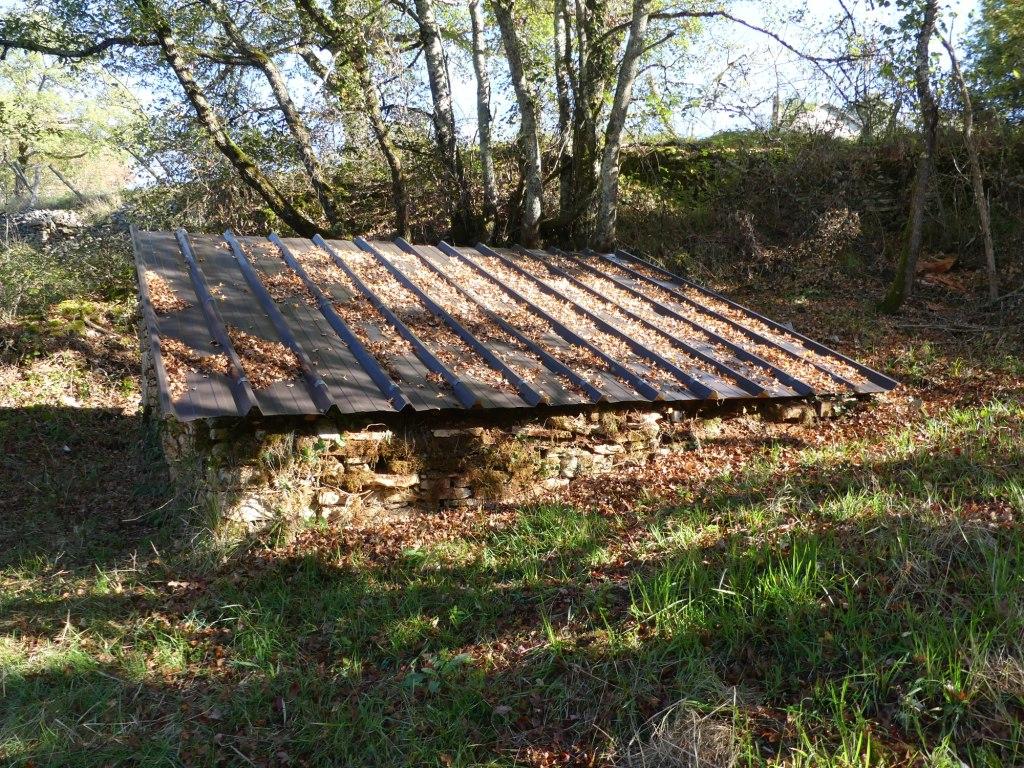 Le toit de la fontaine du mas de Jouanis a été arrangé