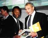Philippe Souchard con Pelé, entregando el libro de SGA.