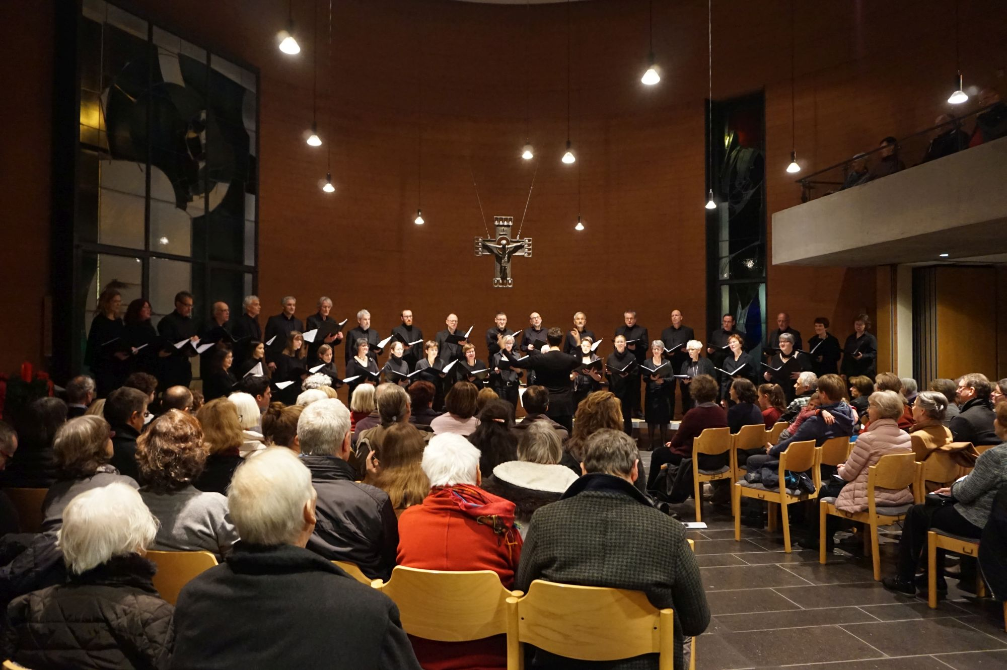Das Bonner Vokalensemble in der Emmaus-Kirche Bonn, Dezember 2018. Foto: Elsa Funk-Schlör, Brüser Berger Konzerte in E