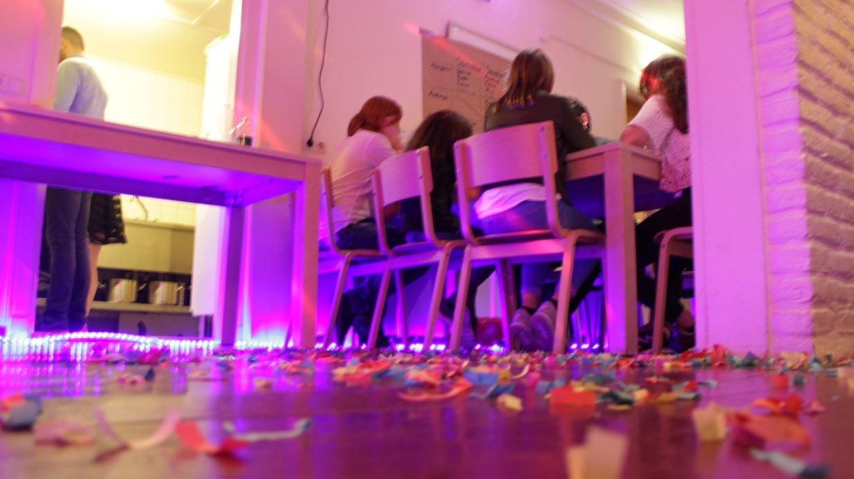 Der Casinoabend als Höhepunkt der Freizeit. Mit dabei selbstverständlich auch: Abendgaderobe, Security, verspieltes Guthaben.