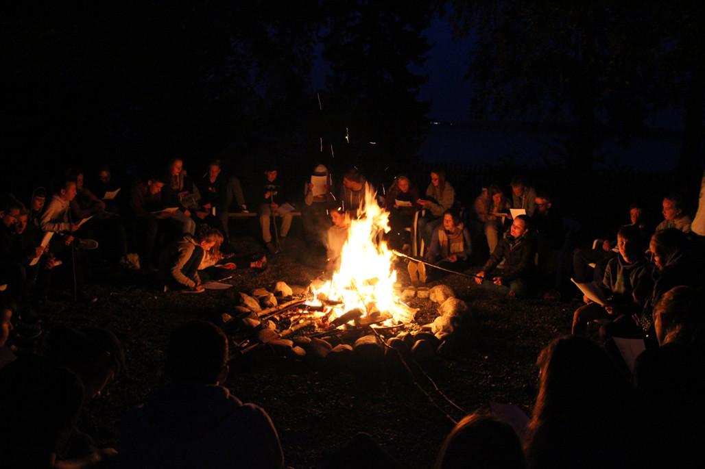Abendliches Lagerfeuer, das keinem Pfadfinderlager in etwas nachsteht!