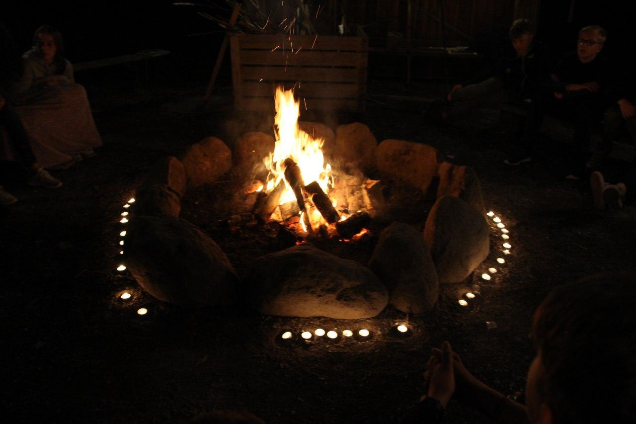 Auch gemütliche Abende am Lagerfeuer durften natürlich nicht fehlen –hier ein Bild vom Freizeitgottesdienst.