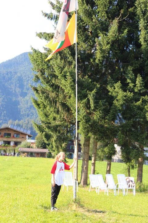 Das KjG-Banner wurde gemeinsam mit der Fahne der Stadt Gevelsberg standesgemäß bei einem nächtlichen Fahnenappell gehisst.